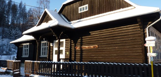 Budova bývalej základnej školy vo Vrchteplej